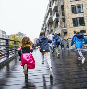 Børn løber over broen på Sluseholmen efter piraten.