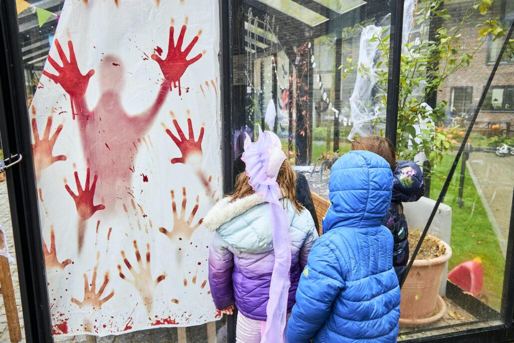 Forventningsfulde børn glæder sig til Halloween-festen