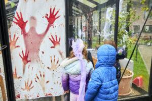 Forventningsfulde børn glæder sig til Halloweenfesten